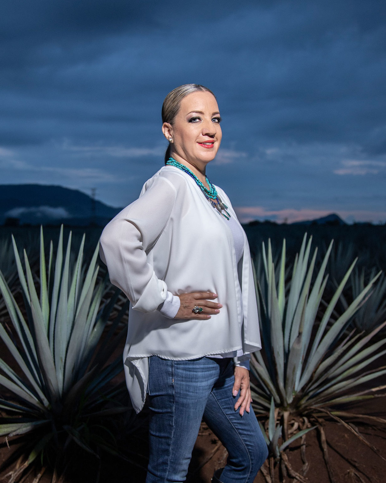 """CNITによるテキーラ専門家(Conocedora del Tequila)の認定を受けた、""""Universo Tequila""""を主宰するガブリエラである。 by Forbes Mexico"""