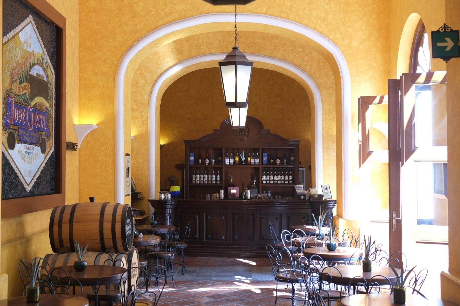 「魔法の村」(Pueblos mágicos)の一つであるテキーラ地区は、スペイン観光省下の観光革新管理技術国営企業(SEGITTUR)による認証を取得し、メキシコ及びラテンアメリカで最初の「スマート観光地(ツーリズム)」(略称:DTI)として登録された。クエルボ蒸留所